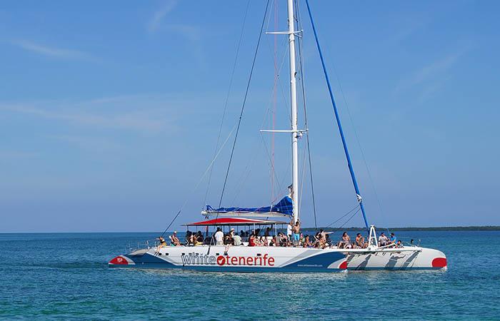 barco-vela-azul