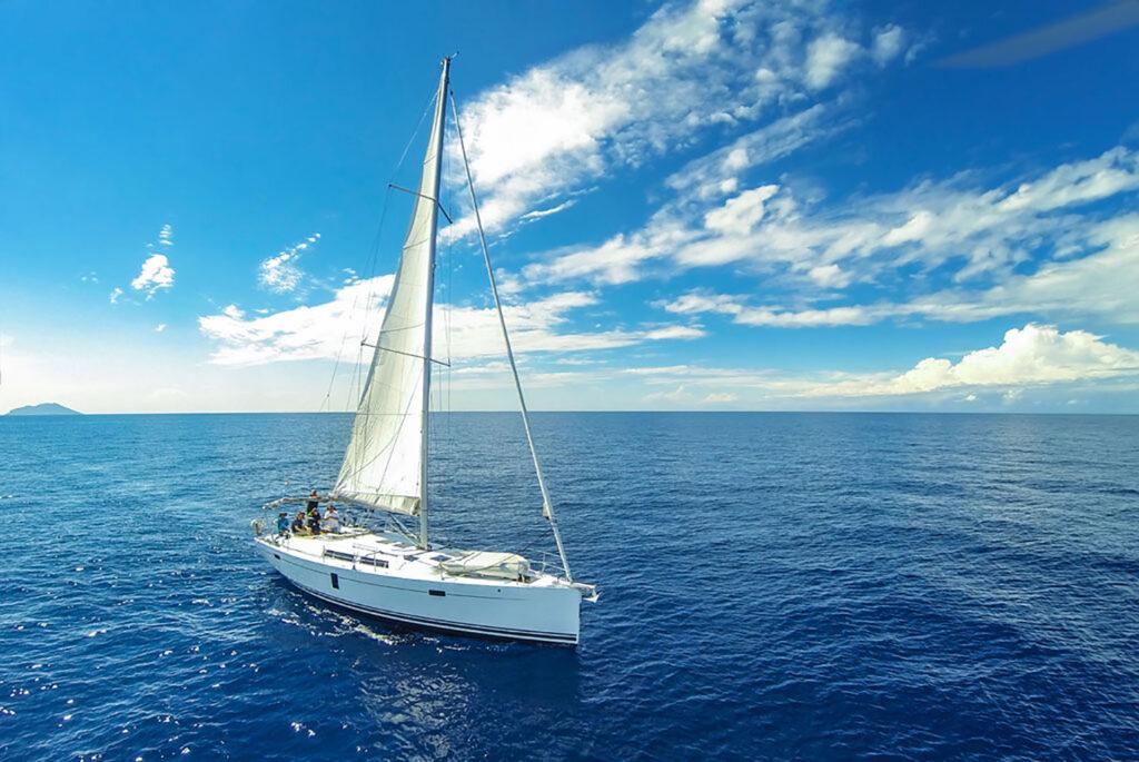 white tenerife header velero con la isla de la gomera de fondo